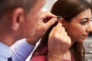 Jeune fille prothèse auditive