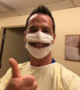 André Charette, infirmier auxiliaire au CHSLD avec Masque chirurgical SafeNClear 4